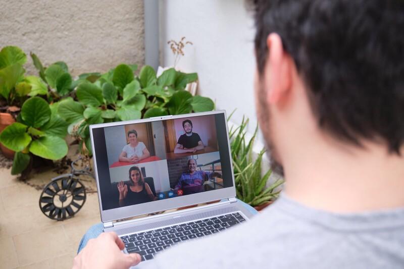11 najbolj odštekanih Zoom ozadij za bolj pestre video klice