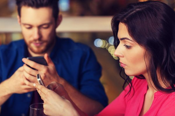 7 gest, ki jih moški na zmenkih težko prenašajo
