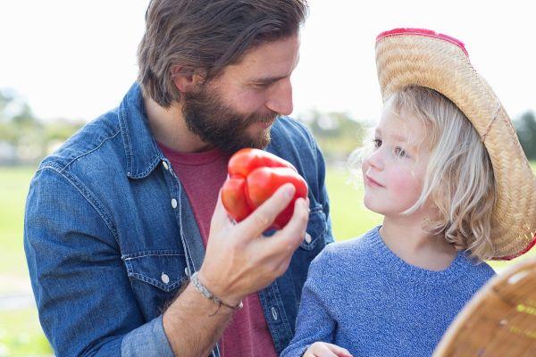 8 korakov, s katerimi boste otroka navdušili nad zdravo hrano