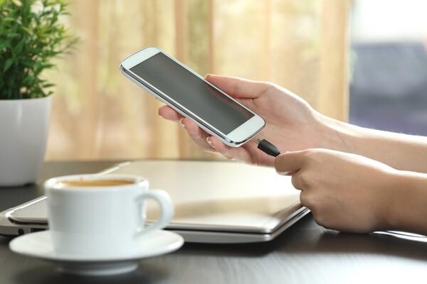 EU predlaga univerzalni polnilnik za mobilne telefone, Apple se ne strinja
