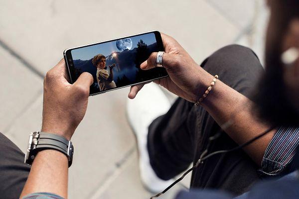 Na poti s Samsungom Galaxy A8 v roki