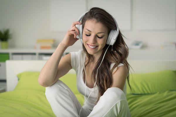 Poslušanje je novo branje: 8 knjig, ki vam jih berejo prvorazredni zvezdniki