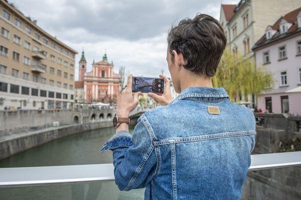 Potopili smo se v barvit (in popolnoma izostren) svet, kot ga vidi le Huawei P30 Pro